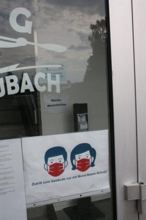 Zutritt zum Gebäude nur mit Mund-/Nasenschutz – und danach werden sofort die Hände desinfiziert.